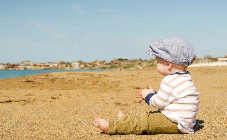 Un bébé joue sur la plage