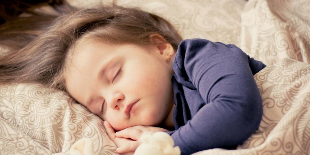 Une enfant dort