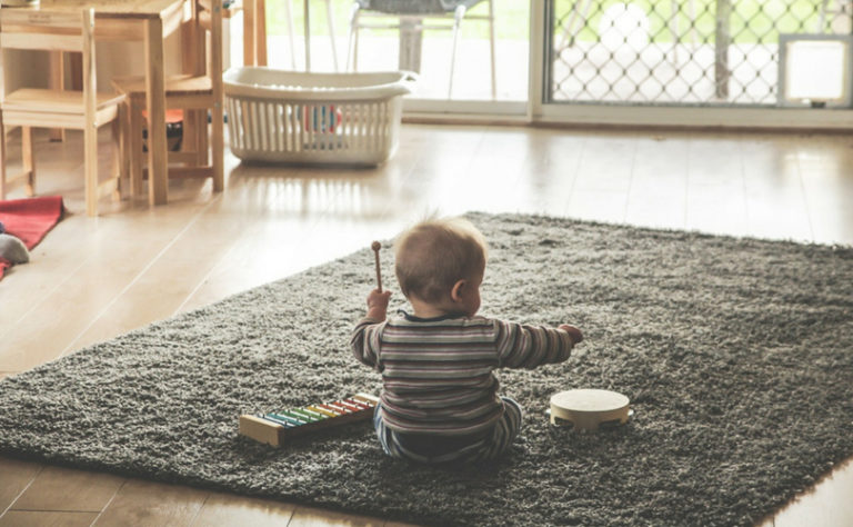 Un enfant joue sur un tapis