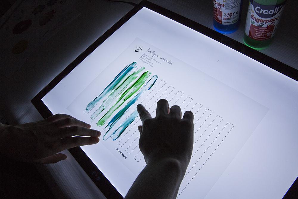 Des pistes graphiques avec de la peinture à doigts