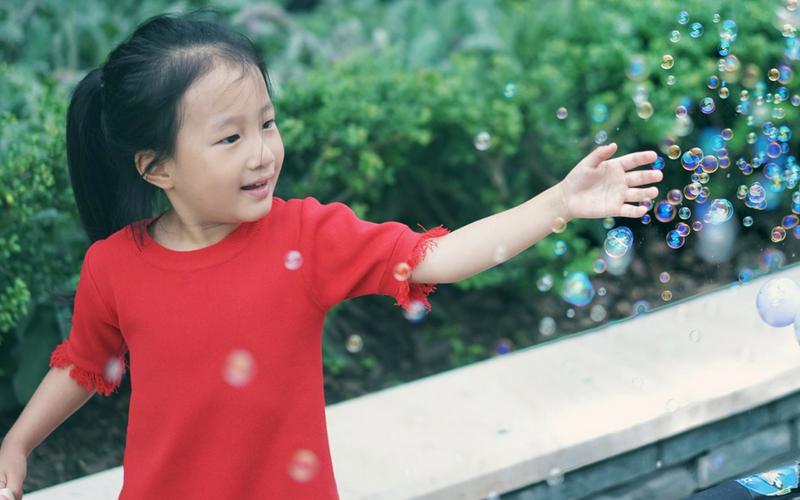 Une enfant apprend la science grâce aux bulles de savon STIM