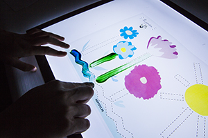 pistes de graphisme avec de la peinture à doigt