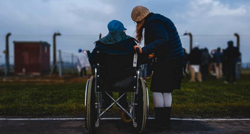 Une personne handicapée accompagnée