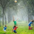 Des enfants jouent à l'extérieur