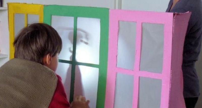 Un enfant en séance d'art-thérapie