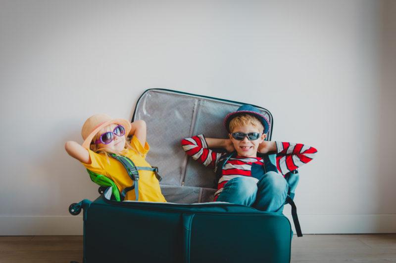 enfants heureux dans valise