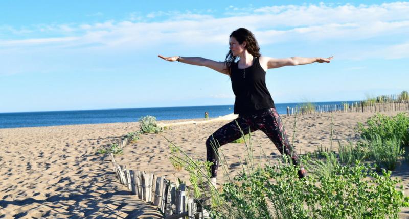 Nadège fait du yoga sur la plage