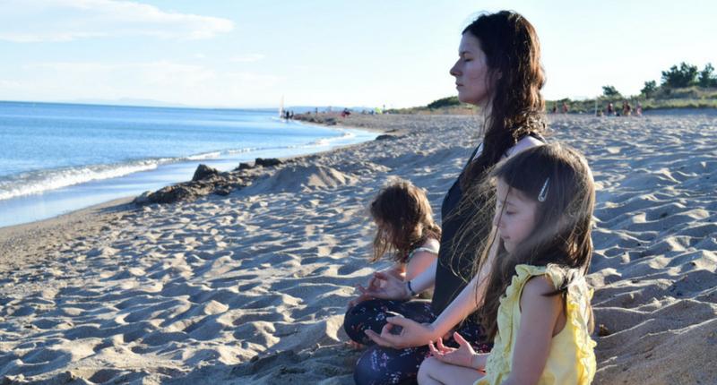 Adultes et enfants font du yoga