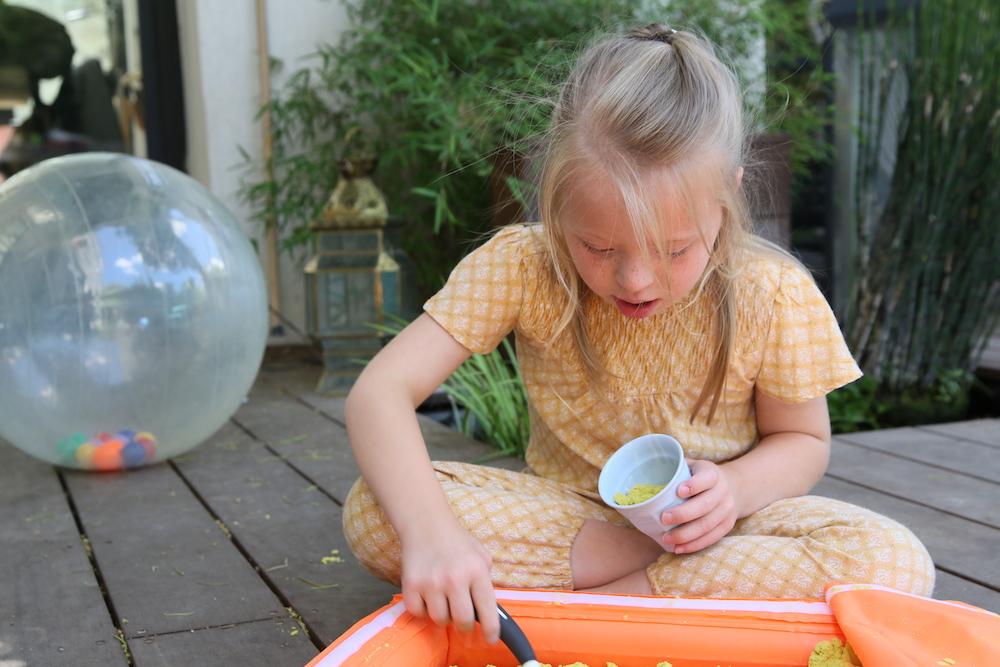 Un jardin sensoriel avec des sables magiques pour les enfants