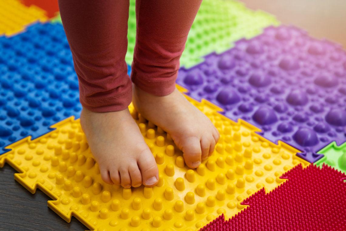 Enfant sur tapis sensoriel Senso