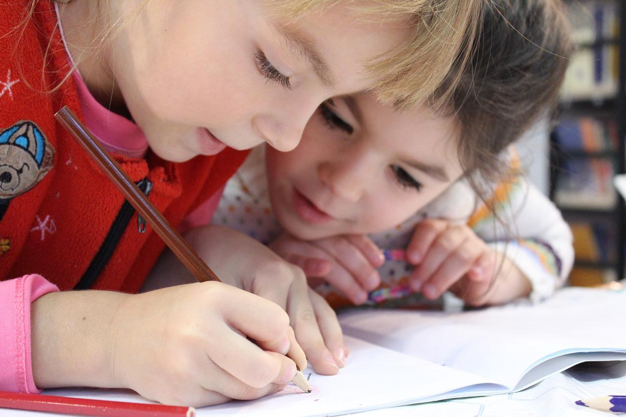 Enfants qui écrivent