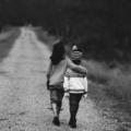Deux enfants marchant en se tenant par la taille