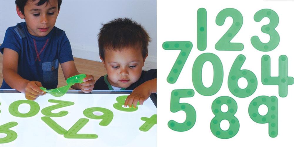 chiffres silicones colorés sur table lumineuse