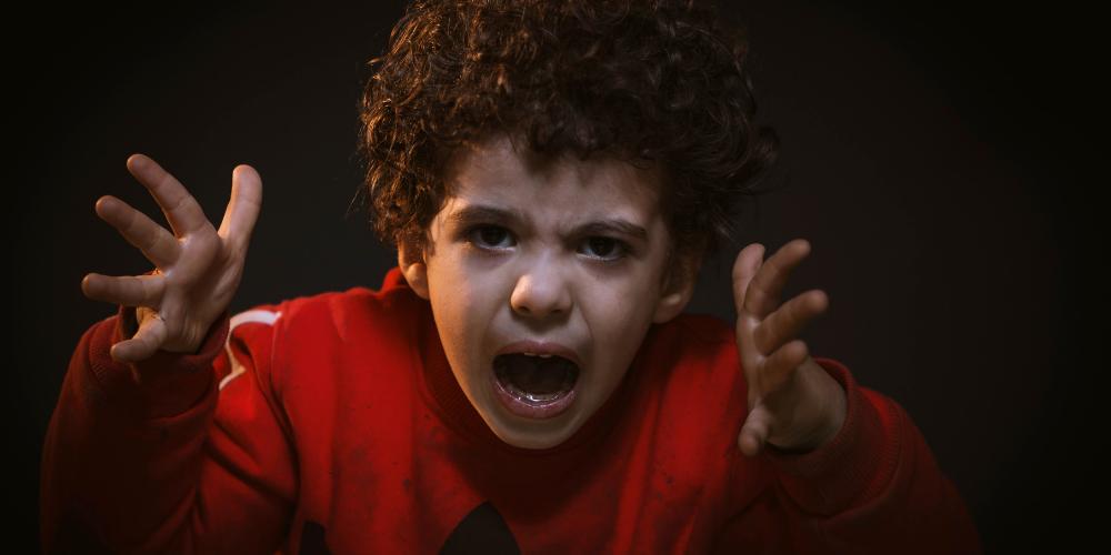 Enfant qui est en colère.