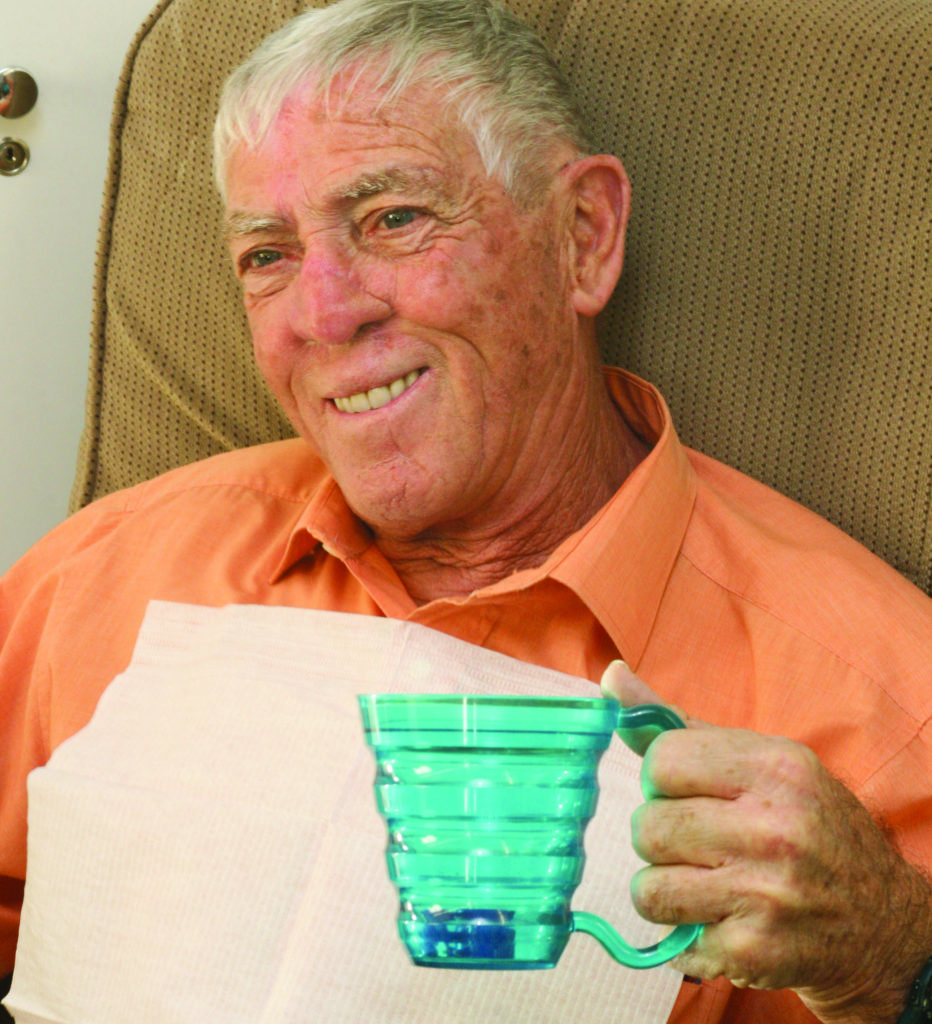 Une personne âgée tient une tasse