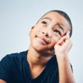 Un enfant qui réfléchit