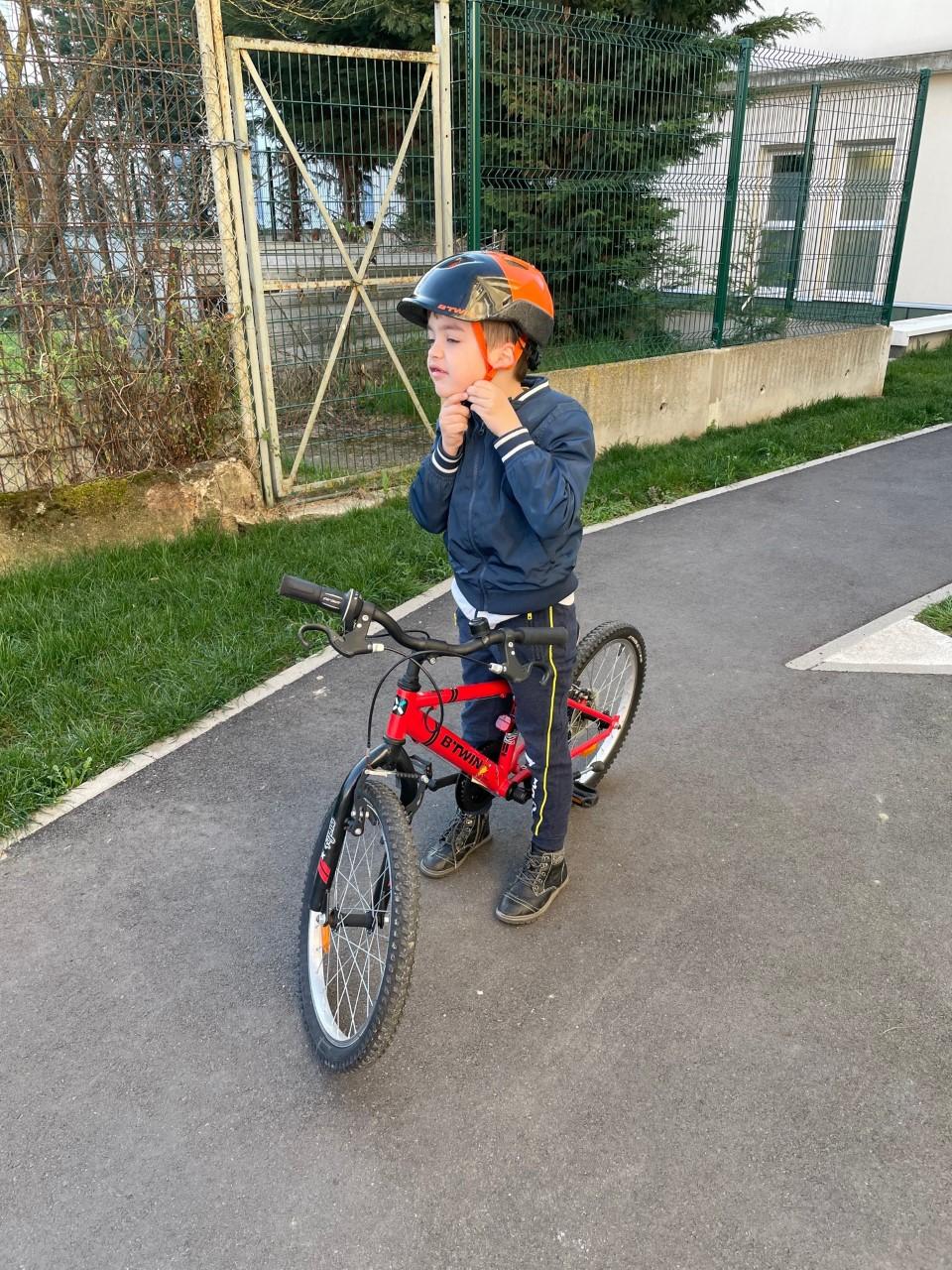 Un petit garçon apprend à faire du vélo lors d'une séance en ergothérapie