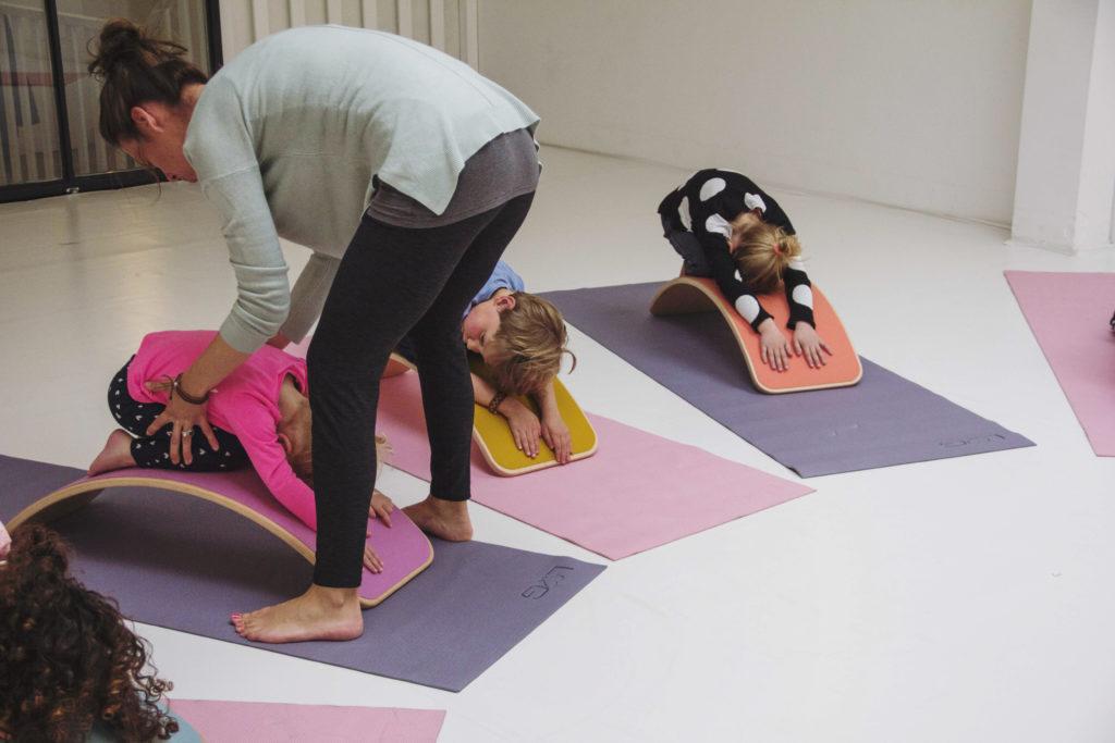 yoga sur planche wobbel