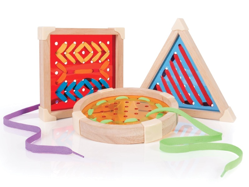 Des laçages aux formes géométriques pour la motricité fine adaptés aux enfants malvoyants
