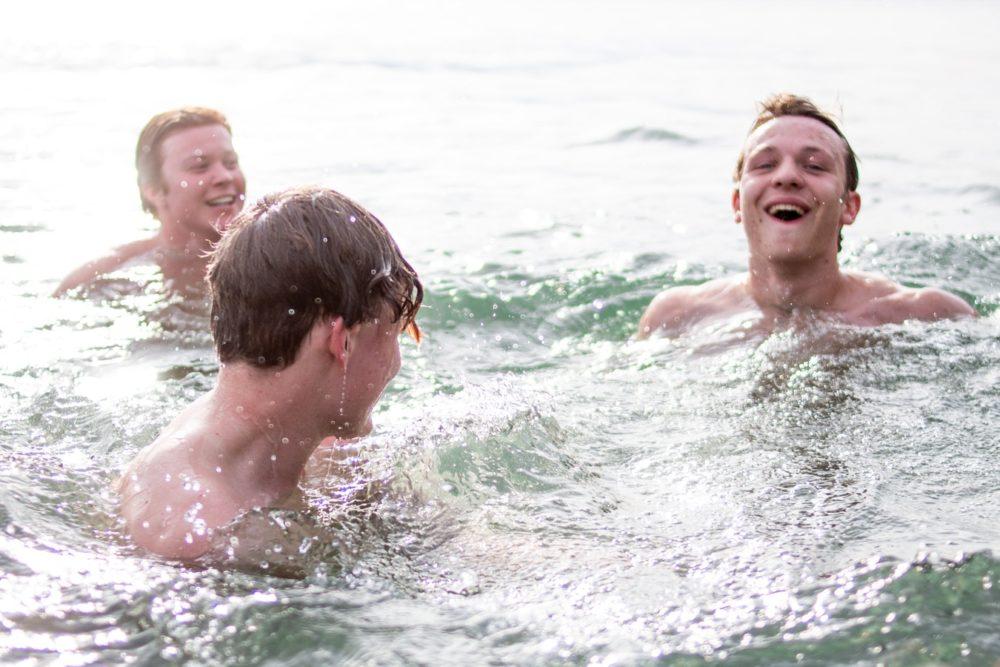 jóvenes nadando