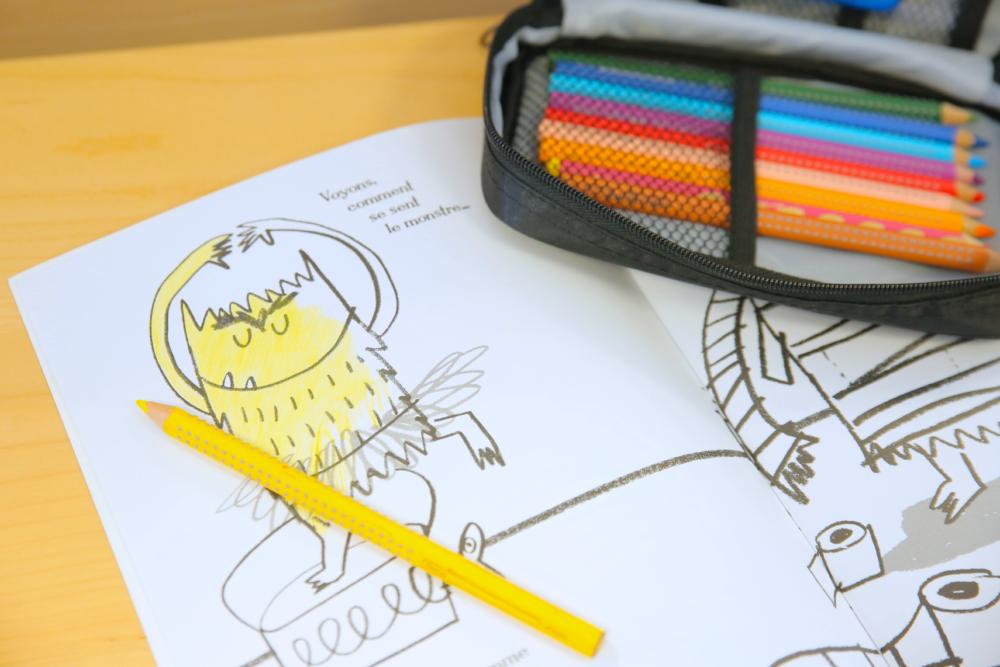 coloriage avec crayon de couleur - préparation à l'écriture