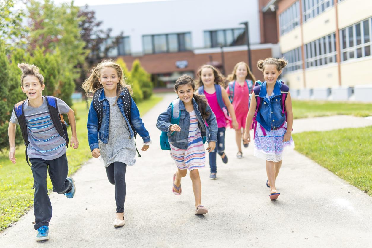 Enfants qui vont à l'école