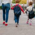 Maman avec des enfants qui vont à l'école