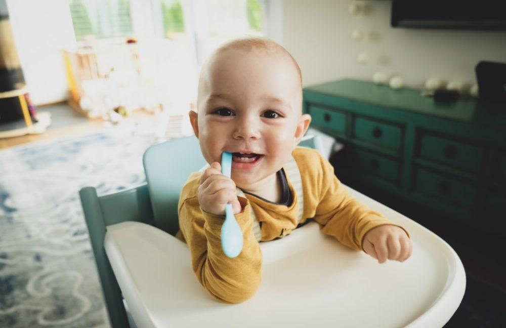 Un bébé heureux de manger