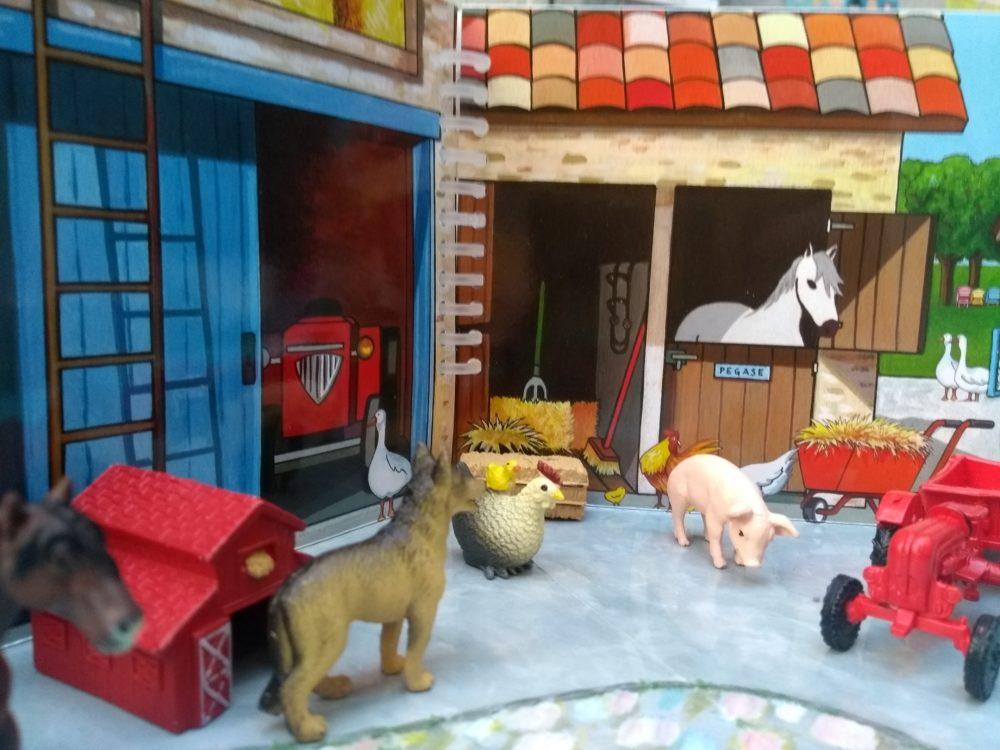Des figurines pour créer une histoire à la ferme.