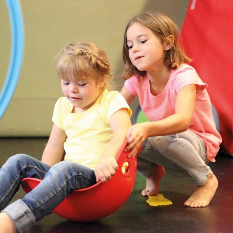 Deux filles s'amusent avec le jeu Bilibo.