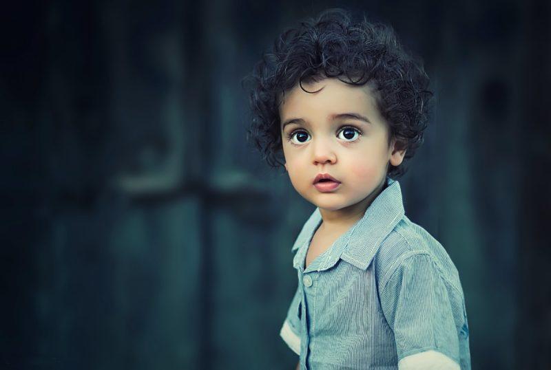 un enfant apprend l'estime de soi
