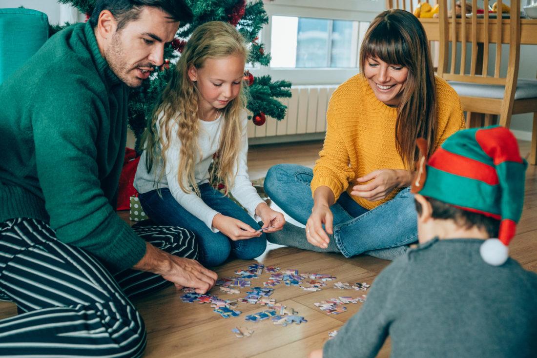 famille jouant à noël