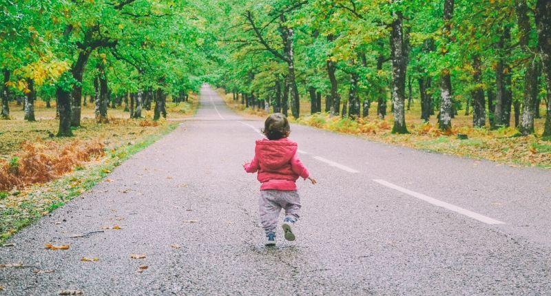 Bambin qui marche sur la route