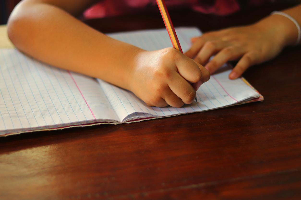 enfant qui écrit dans un cahier