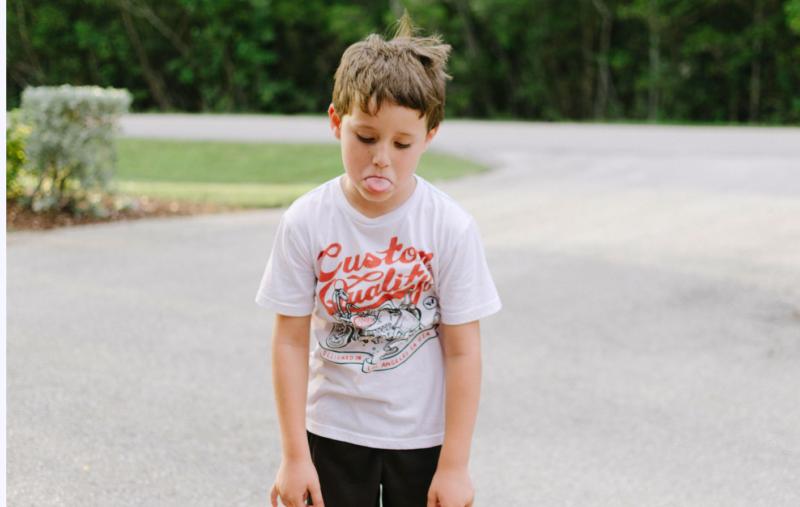 Burn-out : un enfant découragé, fatigué.