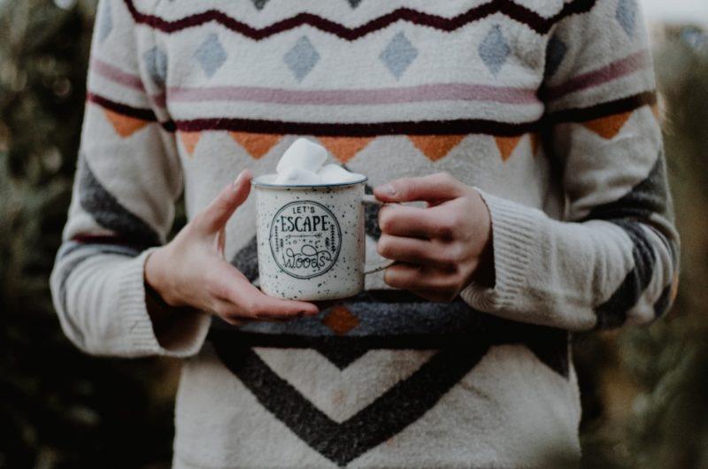 Boire une tasse de chocolat chaud