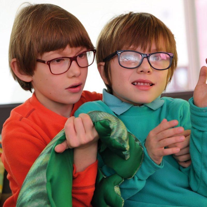 Deux garçons avec un Manimo, produit lesté en forme d'animal