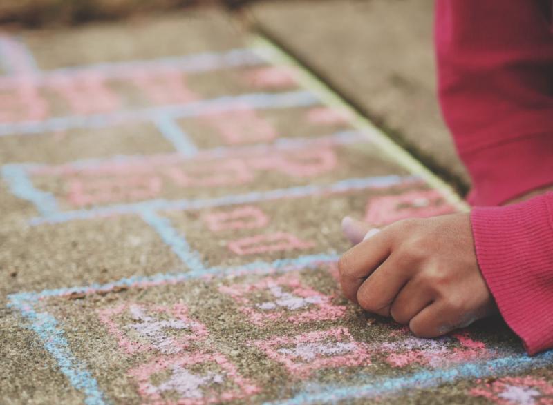 Activité extérieure : créer des dessins à la craie sur les trottoirs