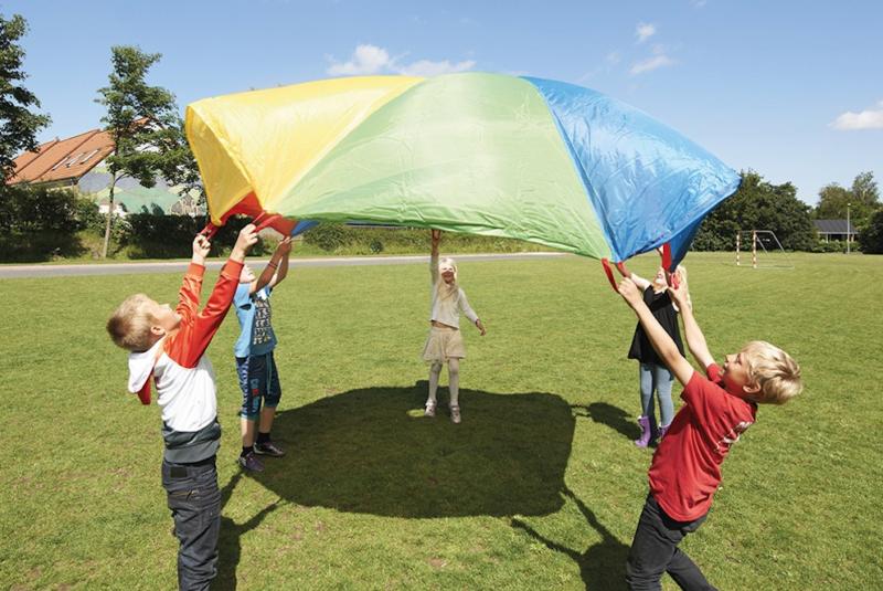 Jeu coopératif enfant : le parachute