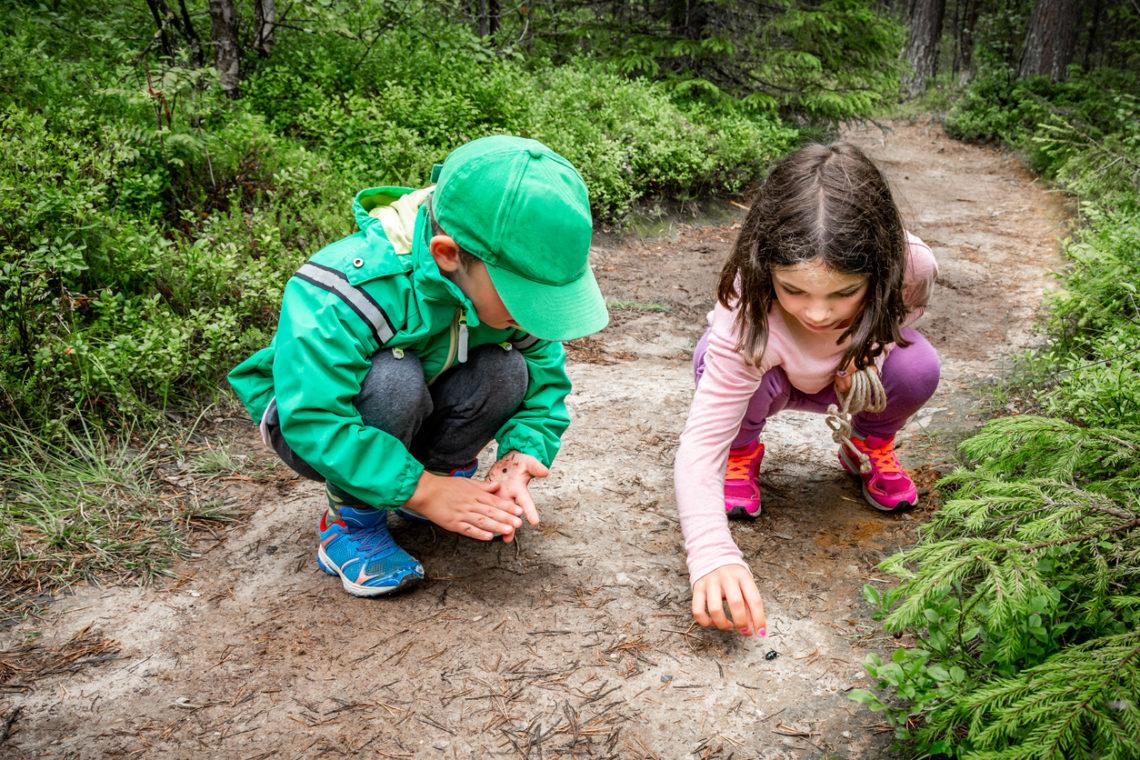 Enfants qui jouent dans un chemin de terre