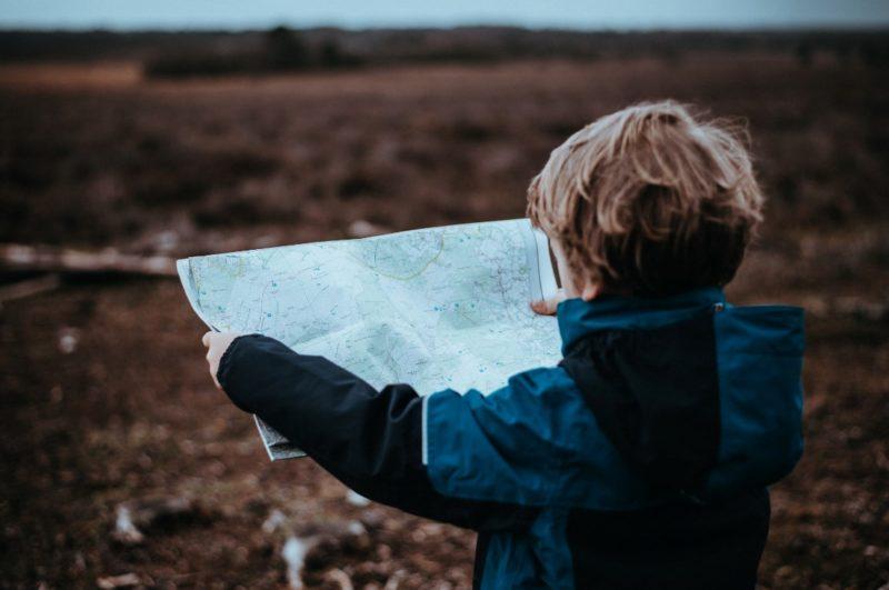 Un enfant regarde une carte