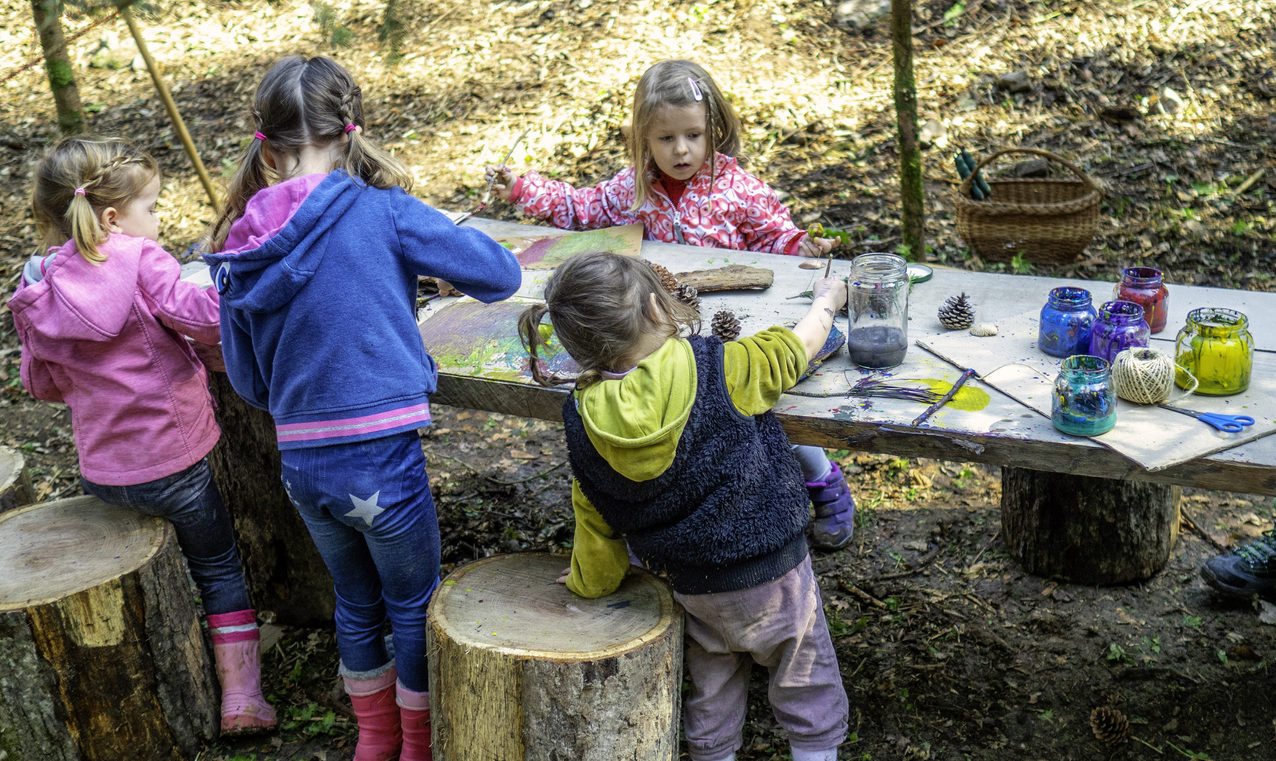 Des enfants font une activité manuelle dehors