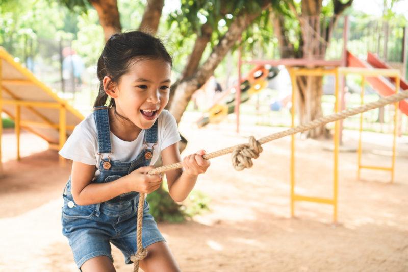 Enfant qui tire une corde