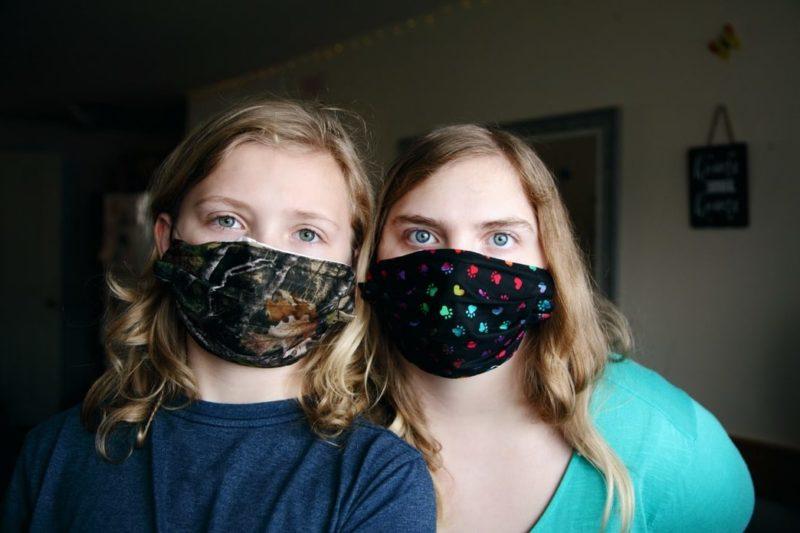 filles portant des masques