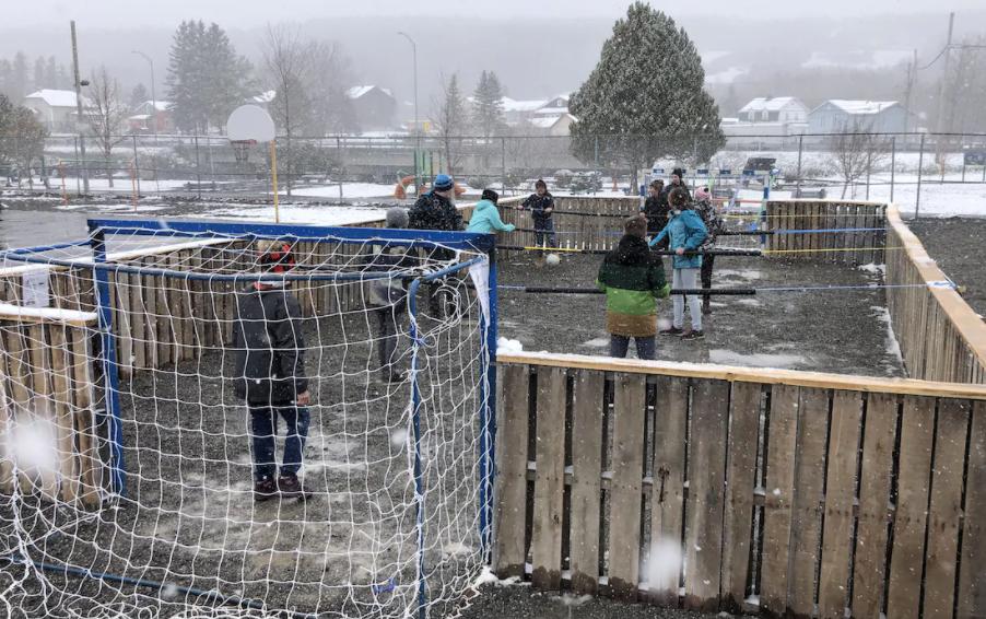 Distanciation enfants : un jeu de baby foot géant