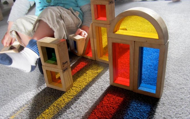Des blocs multicolores pour la composition des couleurs avec des jeux de lumière