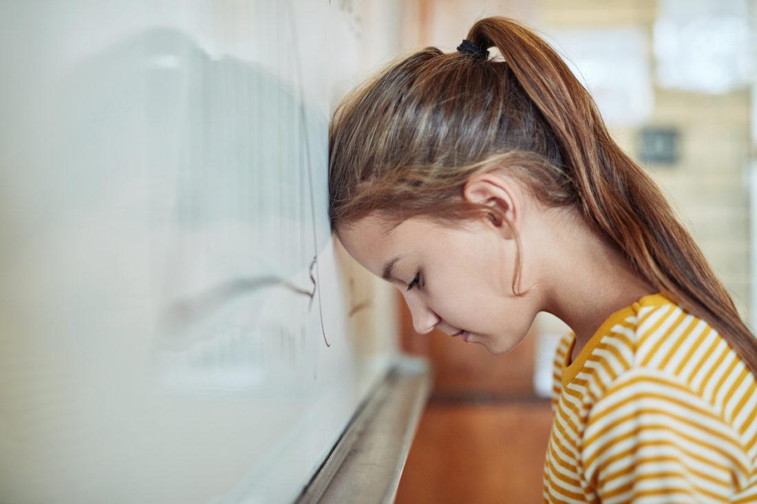 Une enfant est en difficulté en classe