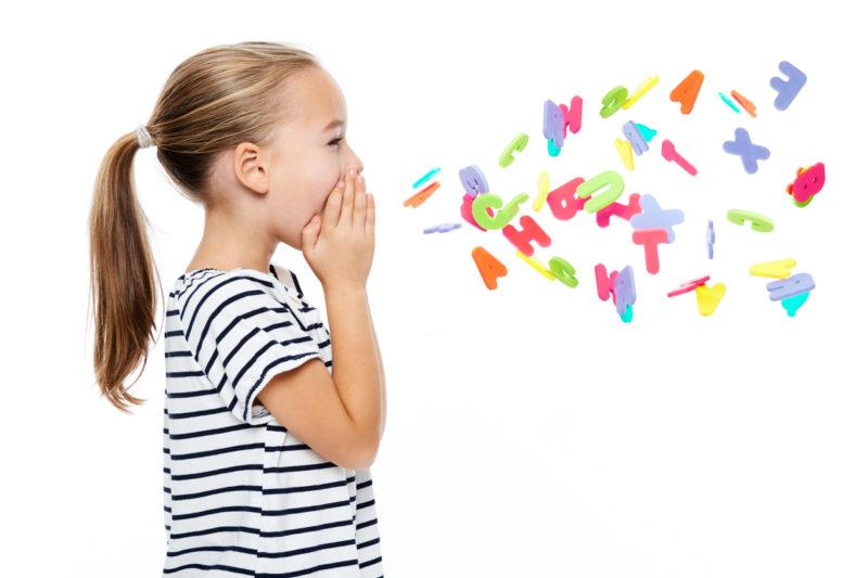 fille criant des lettres