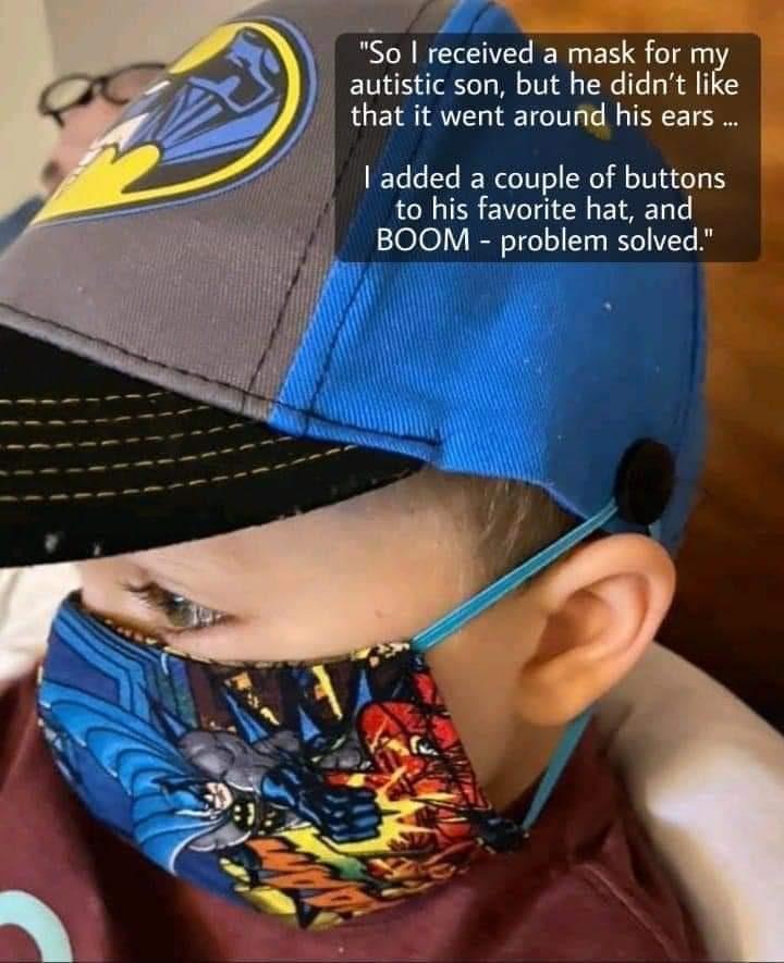 garçon en masque et chapeau