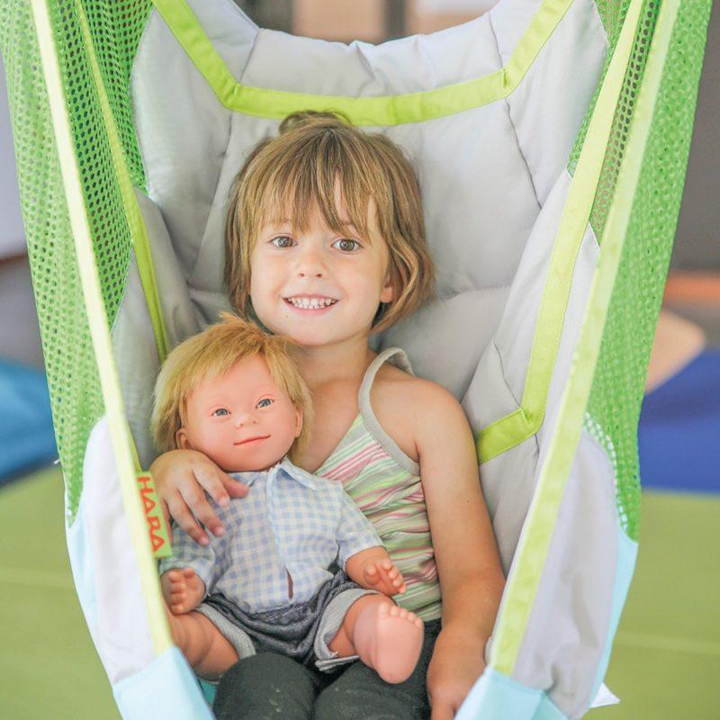 Myla et Noa sont des poupée et poupon ayant les caractéristiques physiques d'enfants porteurs de Trisomie 21.